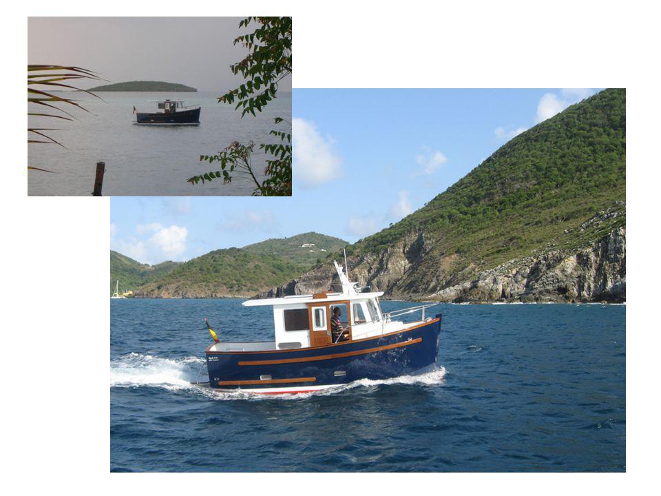 Tout dans ce bateau est pensé jusque dans les moindres détails, comme le bimini rétractable dans le toit, les martyrs, le guindeau, ou encore le pylône dantennes ou les crochets de porte.