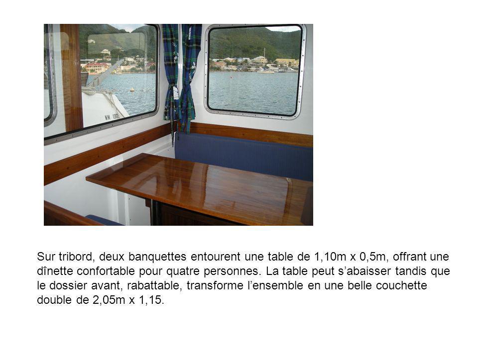 Sur tribord, deux banquettes entourent une table de 1,10m x 0,5m, offrant une dînette confortable pour quatre personnes. La table peut sabaisser tandi