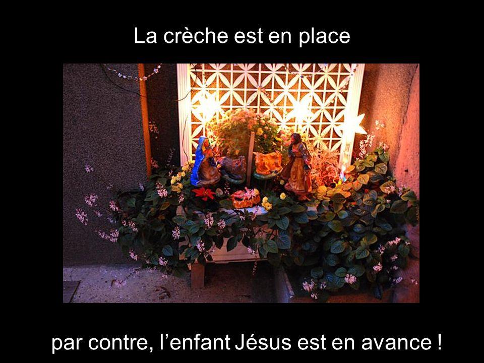 La crèche est en place par contre, lenfant Jésus est en avance !
