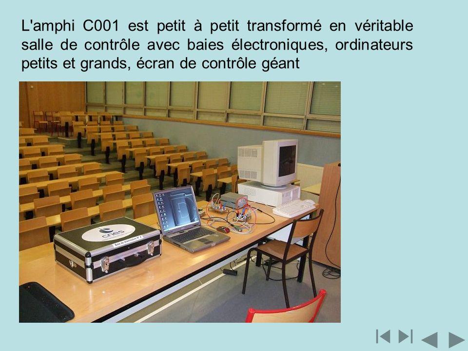 L'amphi C001 est petit à petit transformé en véritable salle de contrôle avec baies électroniques, ordinateurs petits et grands, écran de contrôle géa