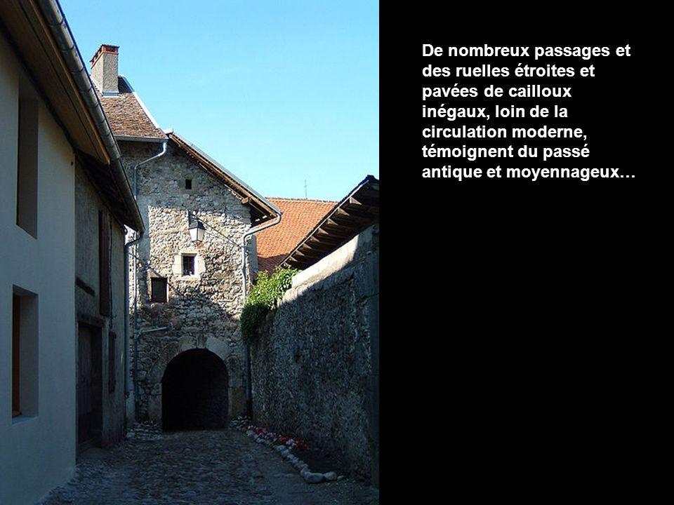 De nombreux passages et des ruelles étroites et pavées de cailloux inégaux, loin de la circulation moderne, témoignent du passé antique et moyennageux…
