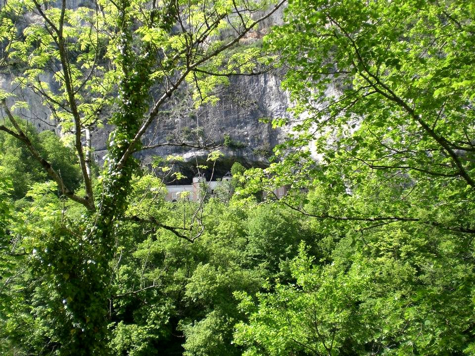 Grottes ou « balmes » naturelles abondent dans les falaises tout le long du fleuve encaissé bordé de verdure.