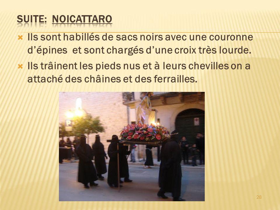 Ils sont habillés de sacs noirs avec une couronne dépines et sont chargés dune croix très lourde. Ils trâinent les pieds nus et à leurs chevilles on a