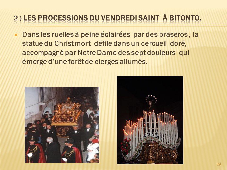 Dans les ruelles à peine éclairées par des braseros, la statue du Christ mort défile dans un cercueil doré, accompagné par Notre Dame des sept douleur