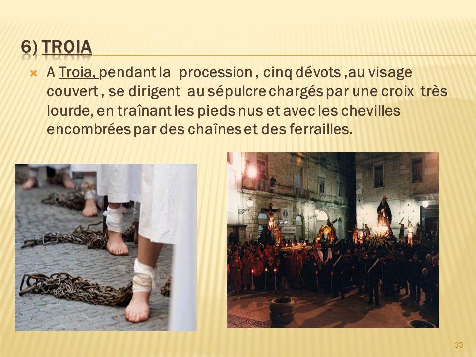 A Troia, pendant la procession, cinq dévots,au visage couvert, se dirigent au sépulcre chargés par une croix très lourde, en traînant les pieds nus et