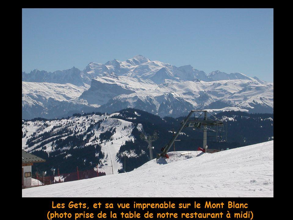 Morzine et son ptit train reliant les deux côtés du domaine skiable.