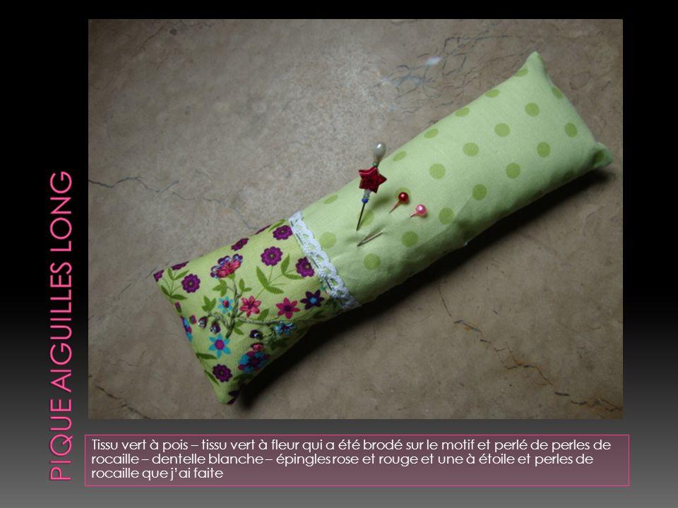 Tissu rose à motif coupé aux ciseaux cranteur – transfert image romance – broderie point avant et vague – nœud marron – attache en ruban inscrit « pas