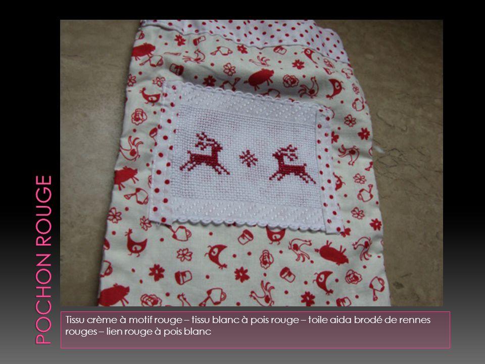 Tissu vert à pois – tissu vert à fleur qui a été brodé sur le motif et perlé de perles de rocaille – dentelle blanche – épingles rose et rouge et une