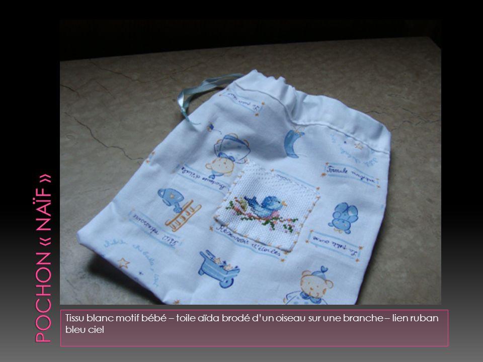 Tissu blanc à motif enfant – cotonnade blanche – broderie « girafe » au point de tige – le corps et la tête sont du tissu beige – broderie sur le pour