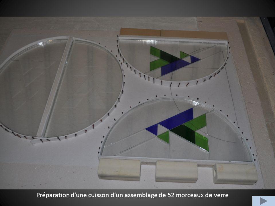 Préparation dune cuisson dun assemblage de 52 morceaux de verre