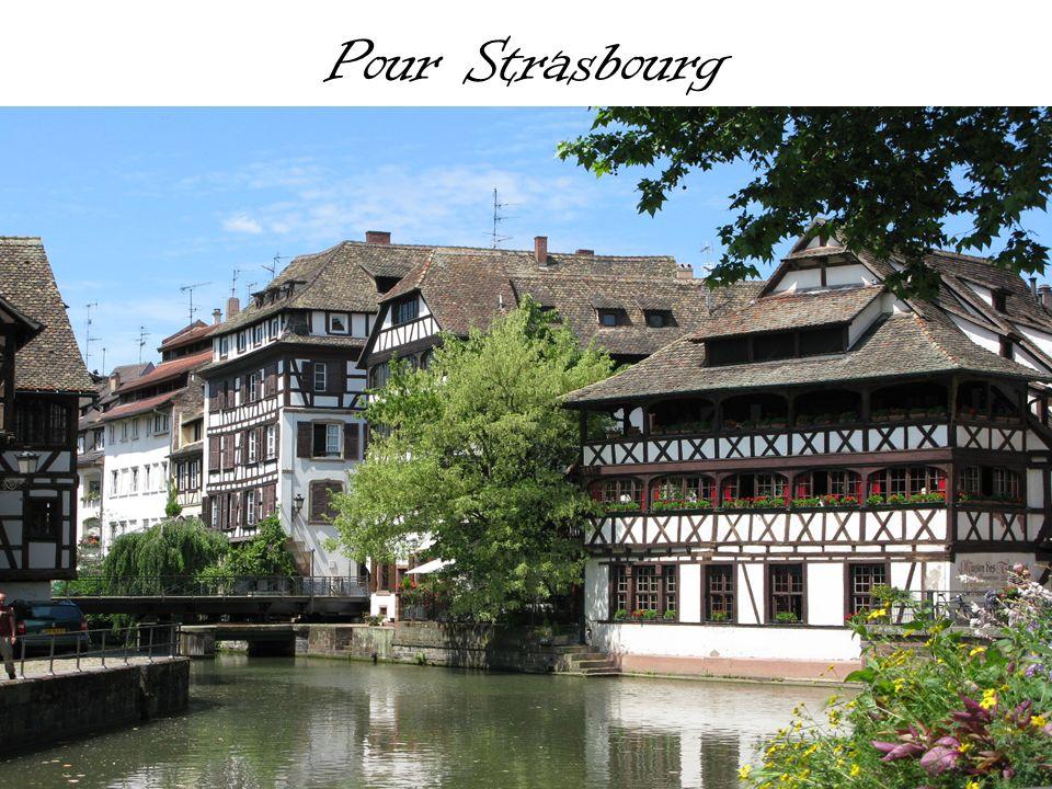 Strasbourg Strasbourg est une ville située dans l est de la France, sur la rive gauche du Rhin.