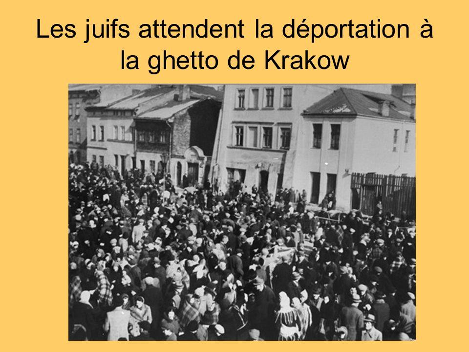 Les juifs attendent la déportation à la ghetto de Krakow