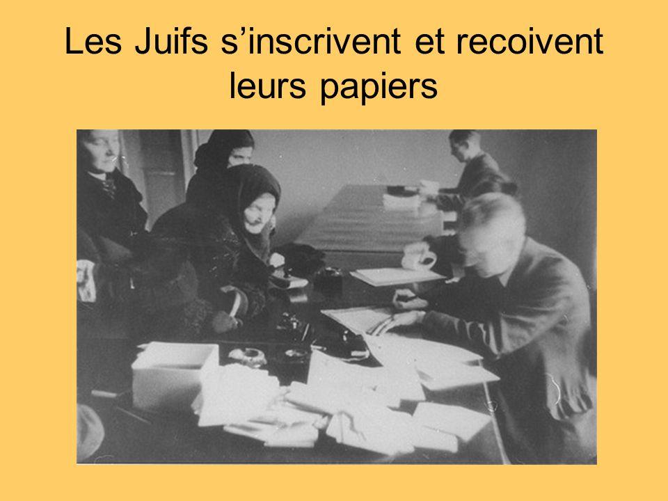 Les Juifs sinscrivent et recoivent leurs papiers