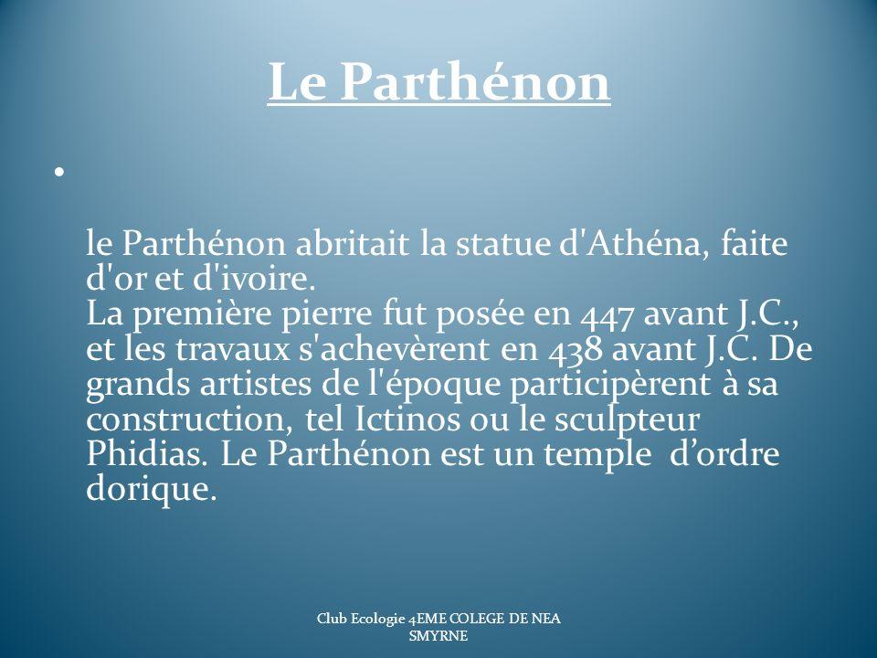 Le Parthénon le Parthénon abritait la statue d'Athéna, faite d'or et d'ivoire. La première pierre fut posée en 447 avant J.C., et les travaux s'achevè