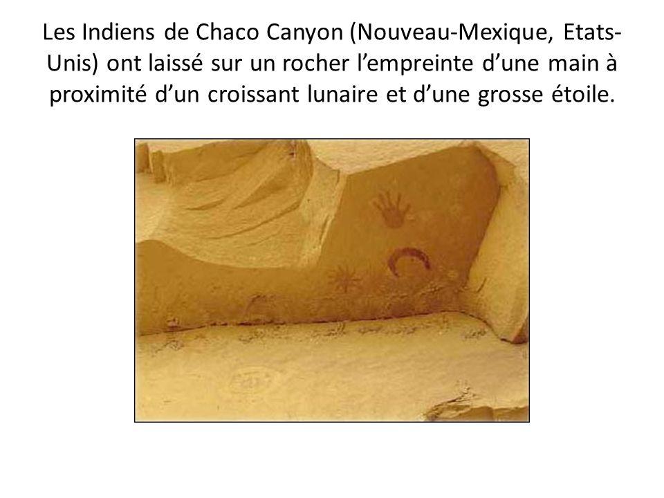 Les Indiens de Chaco Canyon (Nouveau-Mexique, Etats- Unis) ont laissé sur un rocher lempreinte dune main à proximité dun croissant lunaire et dune gro