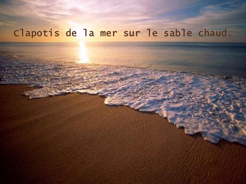 Clapotis de la mer sur le sable chaud.
