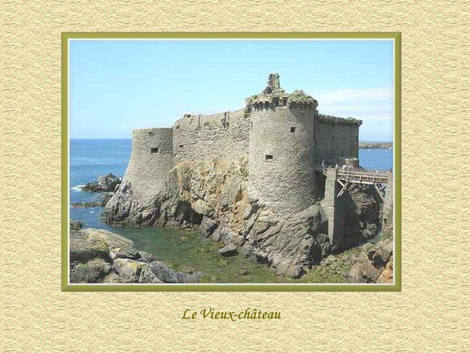 Le Vieux-Château et sa silhouette fantomatique presque confondue avec la roche qui le porte est, à la fois, romantique et impressionnant. Il se dresse