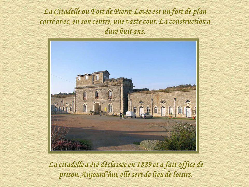 « La citadelle » ou Fort de Pierre-Levée, pouvant héberger une garnison de 400 hommes, fut bâtie sous le Second Empire, à la place de deux moulins du