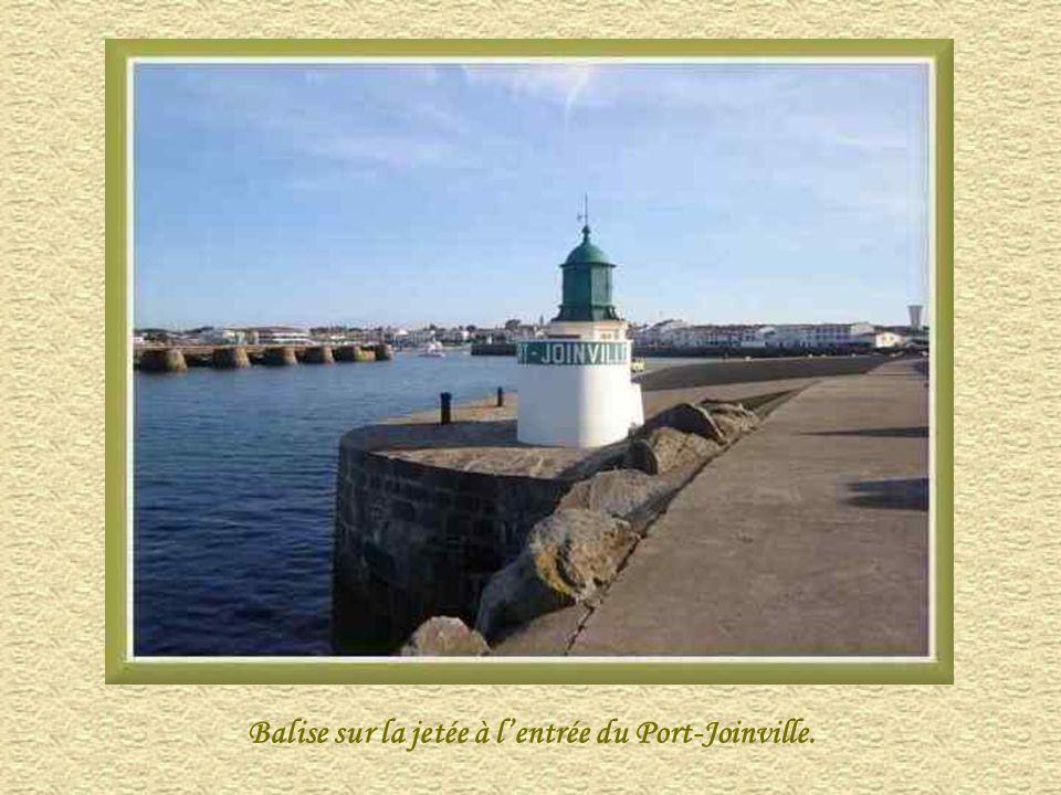 Balise sur la jetée à lentrée du Port-Joinville.