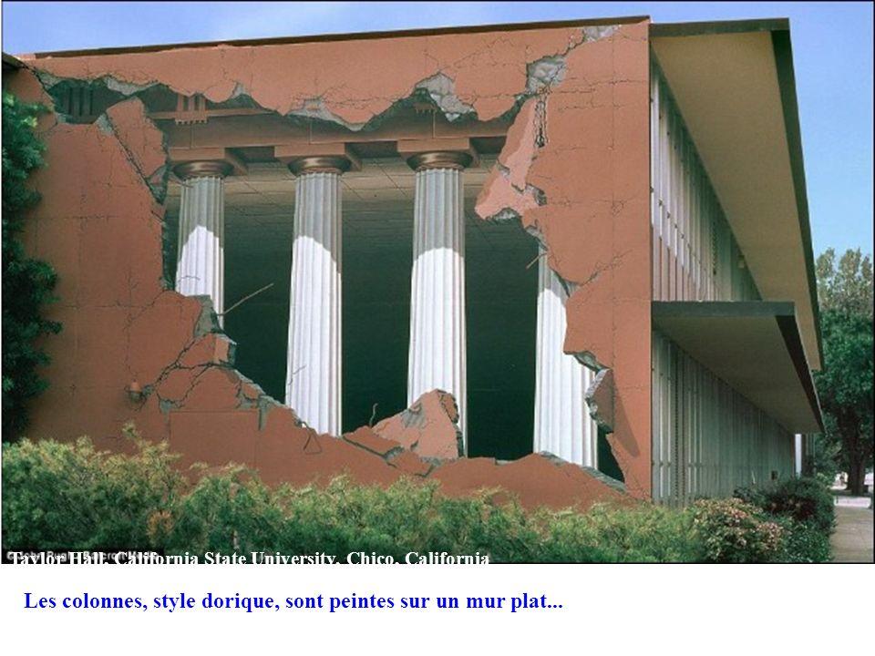 Taylor Hall, California State University, Chico, California Les colonnes, style dorique, sont peintes sur un mur plat...
