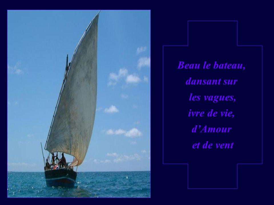 Beau le bateau, dansant sur les vagues, ivre de vie, dAmour et de vent