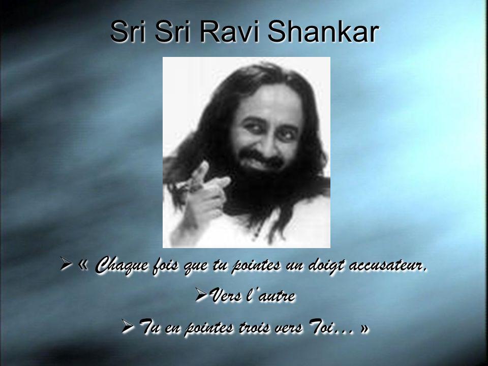 Sri Sri Ravi Shankar Chaque fois que tu pointes un doigt accusateur, « Chaque fois que tu pointes un doigt accusateur, Vers lautre Vers lautre Tu en p