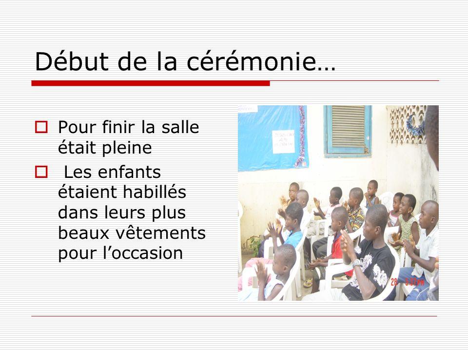 Début de la cérémonie… Pour finir la salle était pleine Les enfants étaient habillés dans leurs plus beaux vêtements pour loccasion