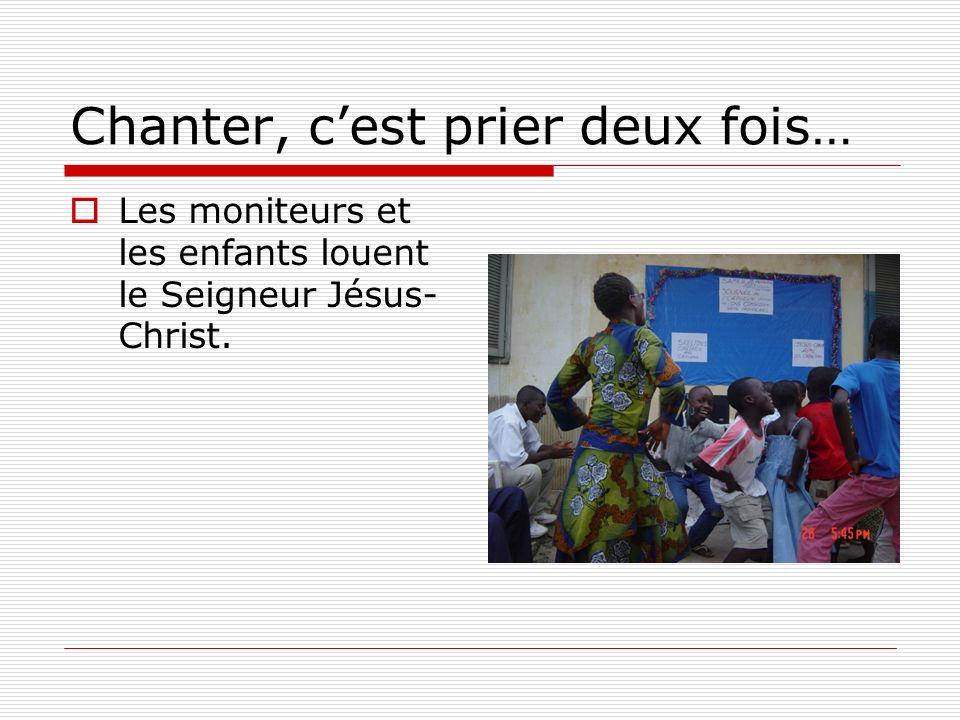 Chanter, cest prier deux fois… Les moniteurs et les enfants louent le Seigneur Jésus- Christ.
