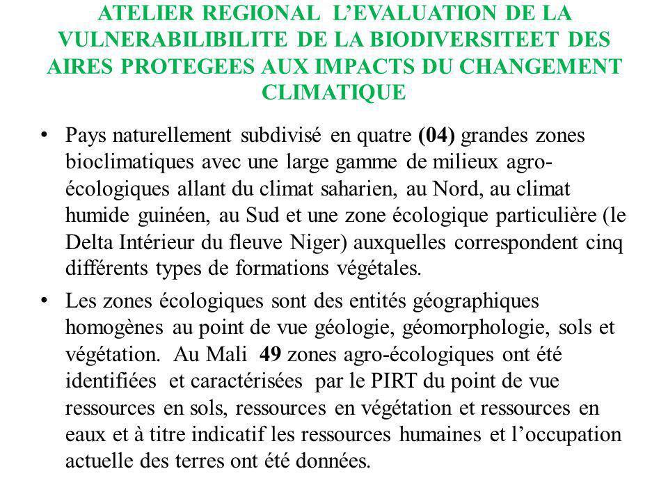 ATELIER REGIONAL LEVALUATION DE LA VULNERABILIBILITE DE LA BIODIVERSITEET DES AIRES PROTEGEES AUX IMPACTS DU CHANGEMENT CLIMATIQUE La zone soudano-guinéenne ou sub-humide (75.000 km 2, soit 6% de la superficie totale) au sud, caractérisée par une savane arbustive (jusquà 10-20 m 3 /ha), arborée (20 à 40 m 3 /ha), boisée (40 à 60 m 3 /ha) et des galeries forestières (plus de 60 m 3 /ha)boisée ; les précipitations y dépassent 1 200 mm ; La zone soudanienne ( 215 000 km 2 soit 17% ) au centre, se caractérisant par un couvert végétal plus ou moins dense et varié avec des savanes boisées soudaniennes (40-60 m 3 /ha), et des forêts claires (60 à 80 m 3 /ha) ; les précipitations varient de 600 à 1200 mm ;