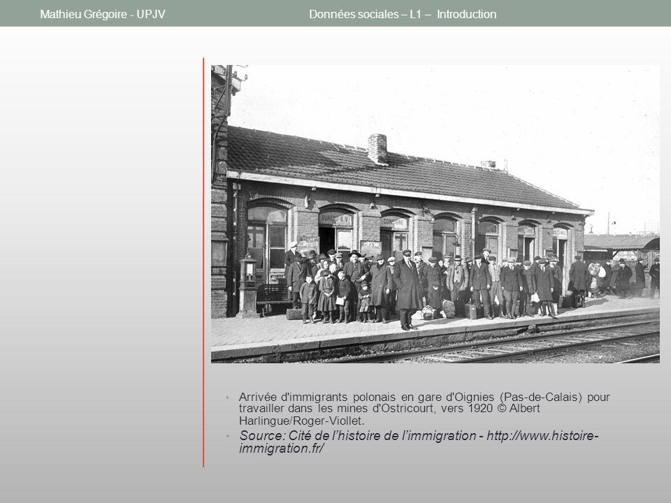 Arrivée d immigrants polonais en gare d Oignies (Pas-de-Calais) pour travailler dans les mines d Ostricourt, vers 1920 © Albert Harlingue/Roger-Viollet.