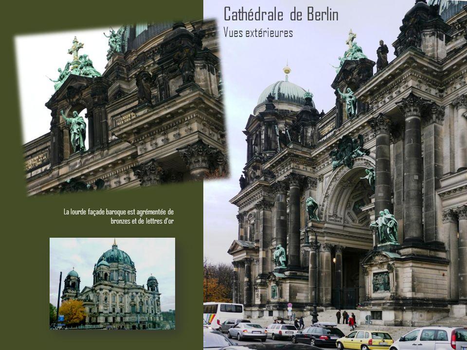La lourde façade baroque est agrémentée de bronzes et de lettres dor Cathédrale de Berlin Vues extérieures