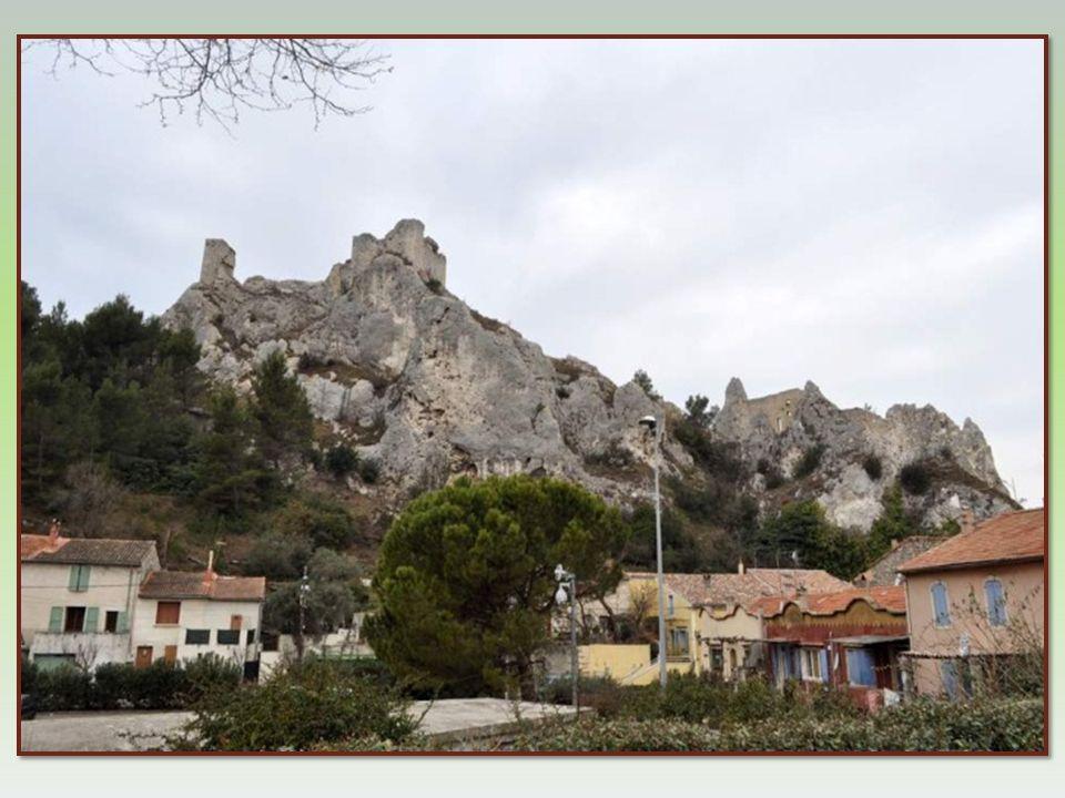 Le château dont les ruines dominent la ville joua un rôle important au XIII e siècle, place forte et prison, alors résidence des Templiers. Puis au fi