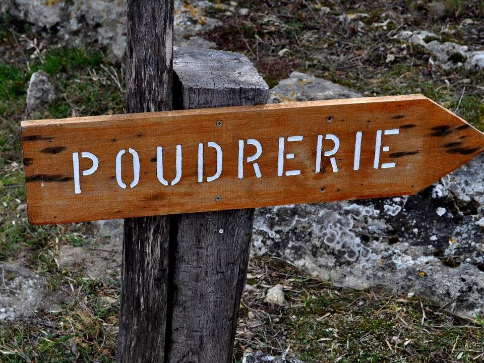 Au nord de létang de Berre, à cheval sur les communes de Miramas et de Saint- Chamas, sétend, sur 118 hectares, le site de lAncienne Poudrerie Royale