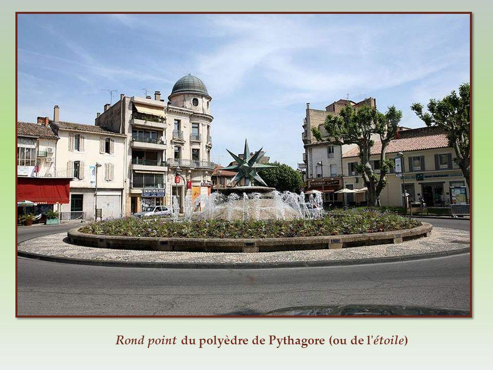 Cette photo vous montre la situation de cet arc de triomphe sur la principale place de la ville.