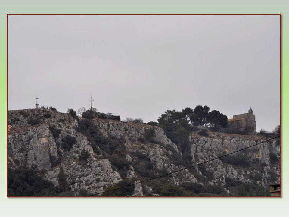 Entre le Lubéron et la colline Saint-Jacques, morceau de calcaire détaché du Luberon, existe une faille de 8 millions dannée dans laquelle se loge la