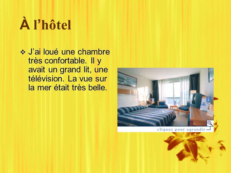 À l hôtel Jai loué une chambre très confortable. Il y avait un grand lit, une télévision.