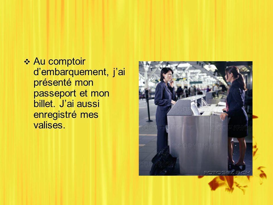 Au comptoir dembarquement, jai présenté mon passeport et mon billet.