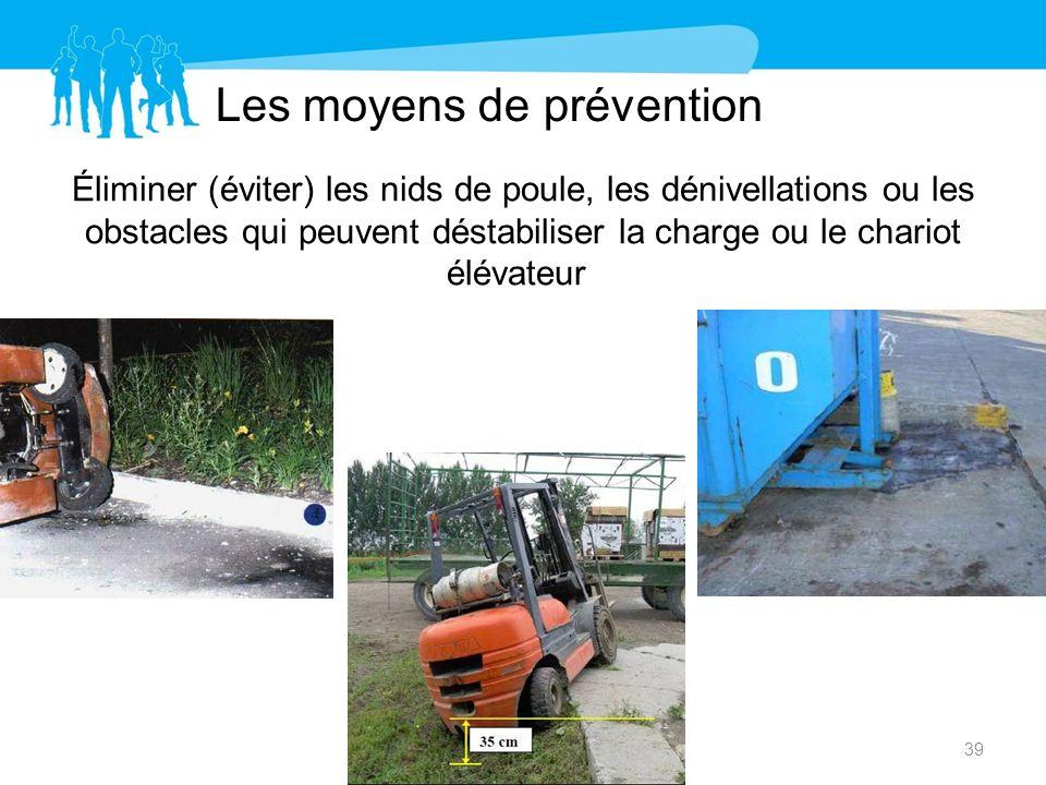 Les moyens de prévention Éliminer (éviter) les nids de poule, les dénivellations ou les obstacles qui peuvent déstabiliser la charge ou le chariot élé