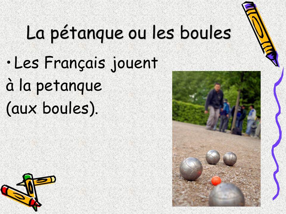 La pétanque ou les boules Les Français jouent à la petanque (aux boules).