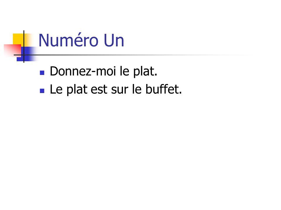 Numéro Un Donnez-moi le plat. Le plat est sur le buffet.