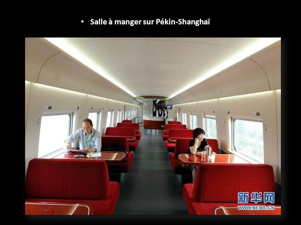 Il y a 4 cabines de première classe avec 186 sièges de première classe.