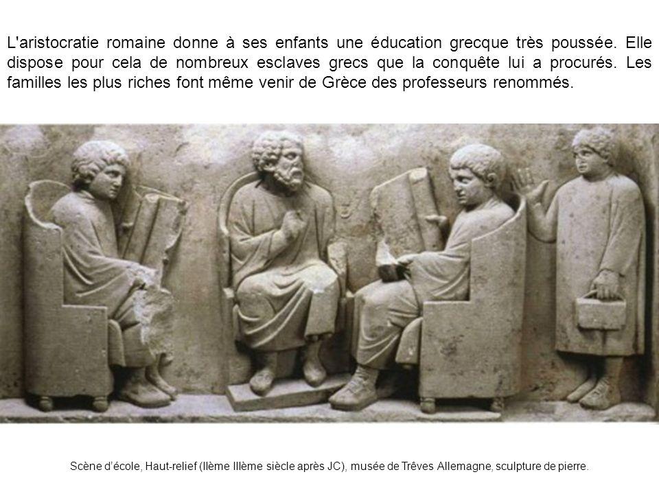 L aristocratie romaine donne à ses enfants une éducation grecque très poussée.