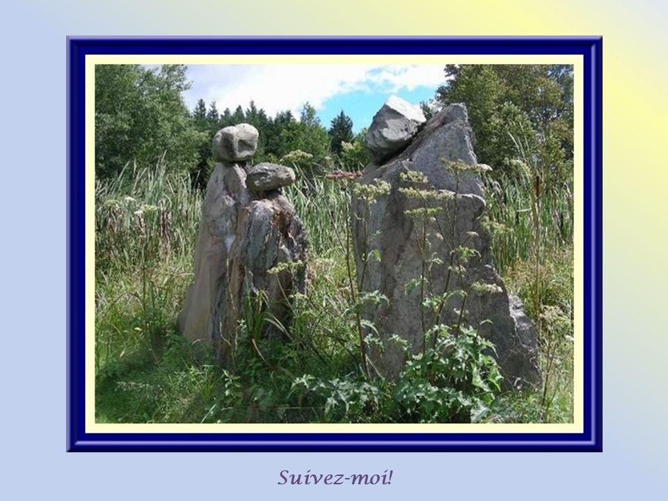 Cest le sculpteur Roger Nadeau qui a eu lidée de se servir de pierres locales pour créer ces guides qui servent de fil conducteur tout au long du sent