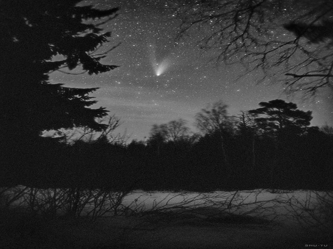 La nuit, dans le ciel, je vois les constellations, la lune, la Petite Ourse.