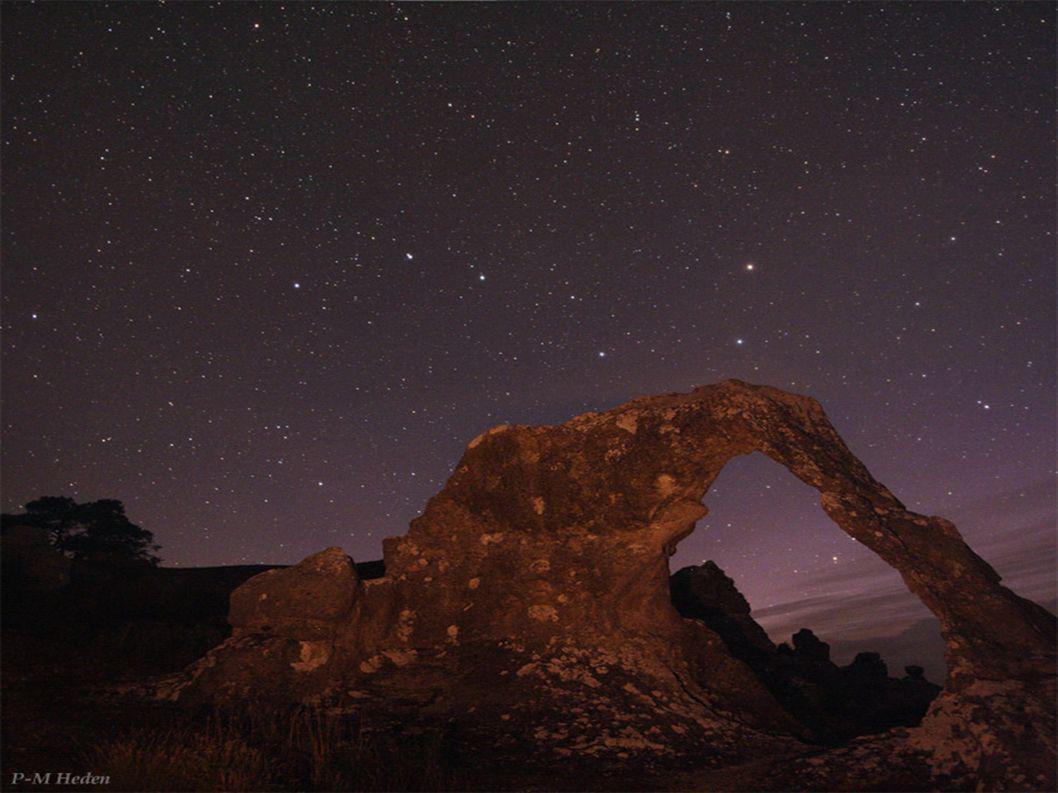 La nuit, de la fenêtre, je vois, les nuages, la lune et les étoiles qui composent une losange.