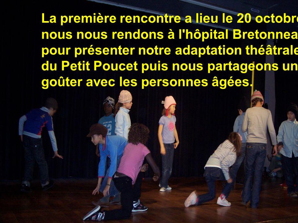 La première rencontre a lieu le 20 octobre: nous nous rendons à l'hôpital Bretonneau pour présenter notre adaptation théâtrale du Petit Poucet puis no