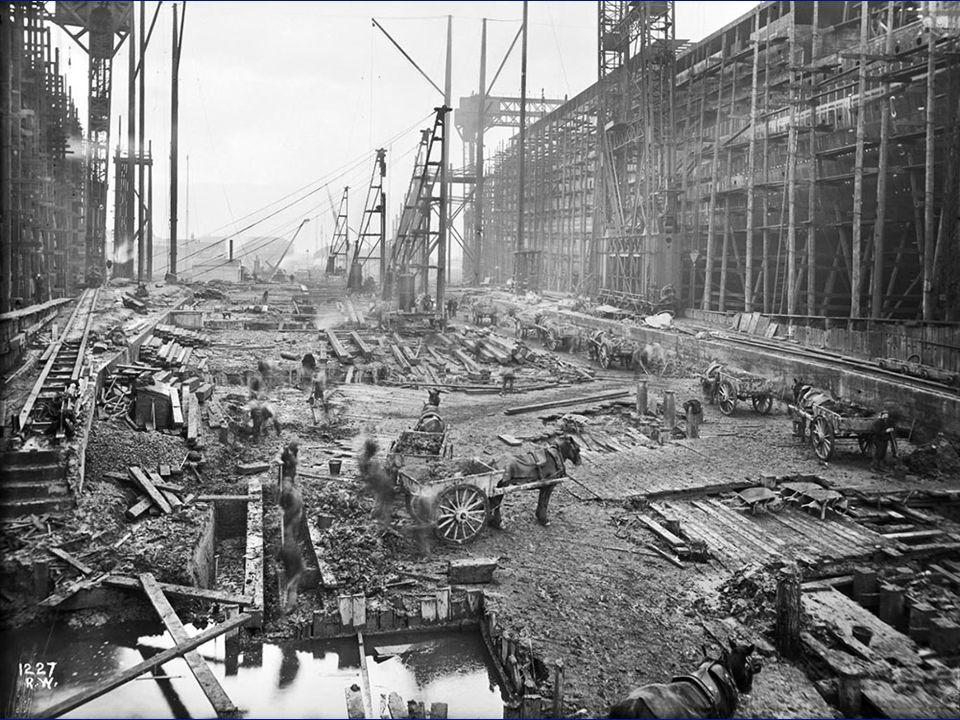 Avant la construction du Titanic et de lOlympic, la construction de deux immenses hangars furent érigés plus grands que les précédents trop petits.