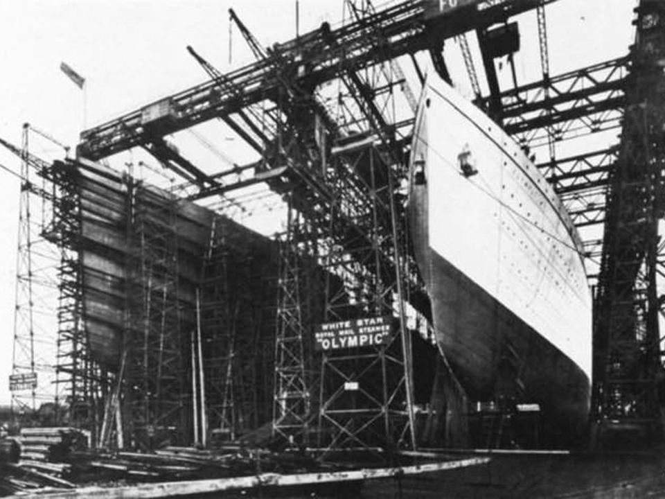 Les empoyés quittant le chantier et les fondations du Titanic. A un certain moment, la H&W employait 15,000 personnes dont 3,000 travailleurs pour le