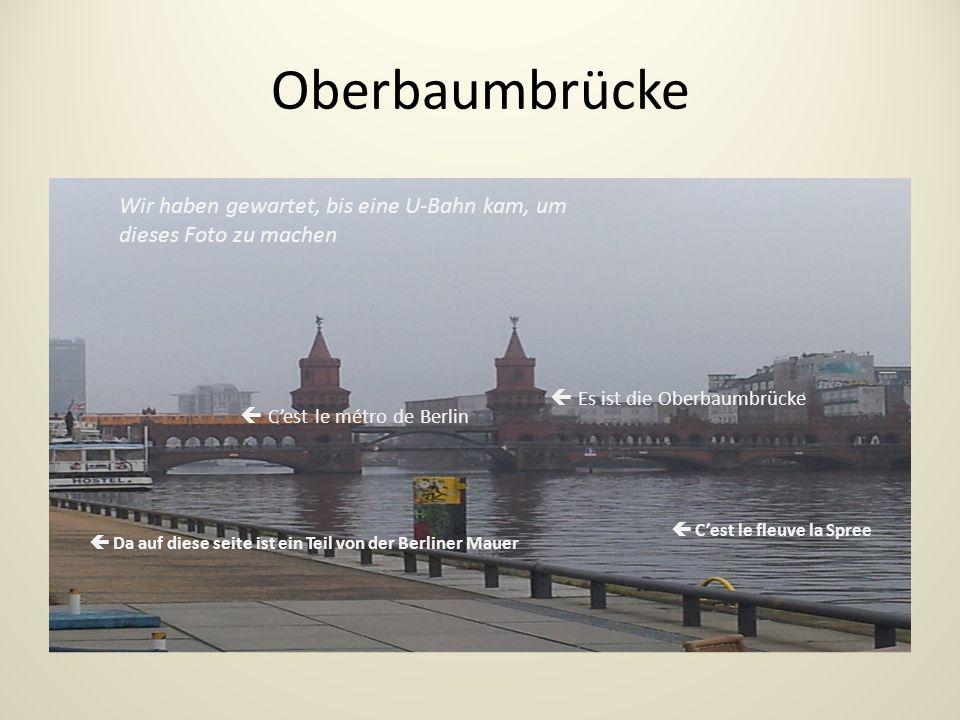 Oberbaumbrücke Wir haben gewartet, bis eine U-Bahn kam, um dieses Foto zu machen Da auf diese seite ist ein Teil von der Berliner Mauer Cest le fleuve la Spree Cest le métro de Berlin Es ist die Oberbaumbrücke