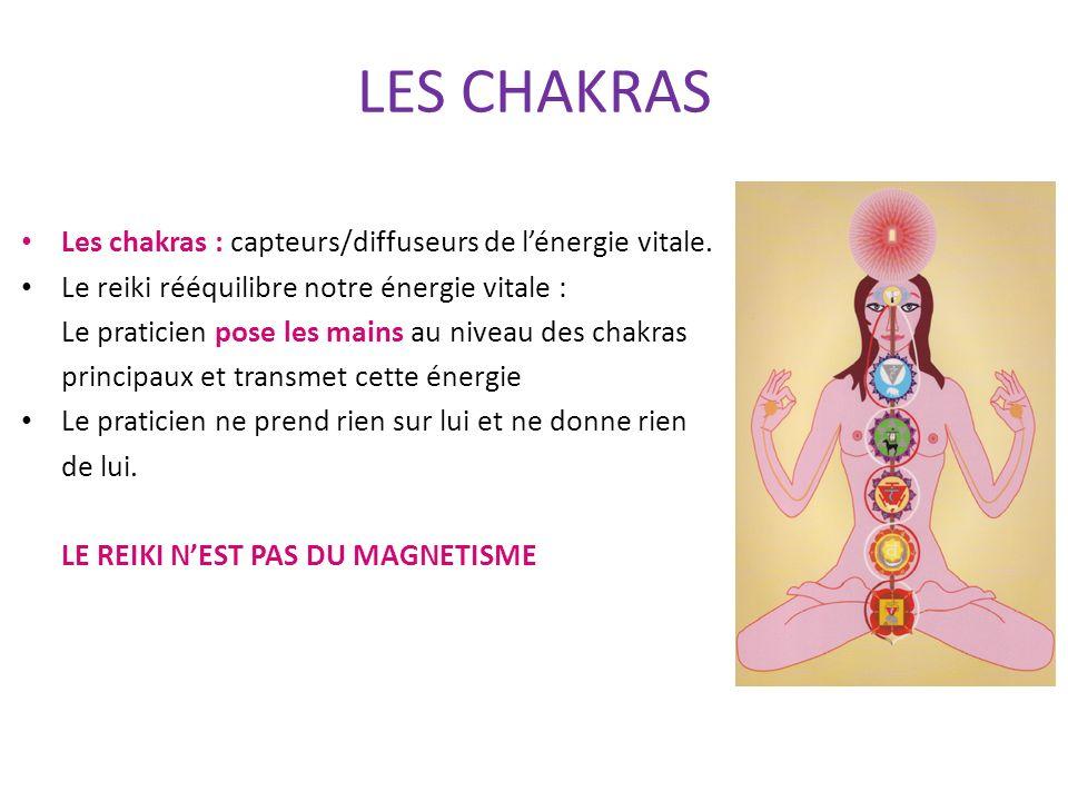 LES CHAKRAS Les chakras : capteurs/diffuseurs de lénergie vitale. Le reiki rééquilibre notre énergie vitale : Le praticien pose les mains au niveau de